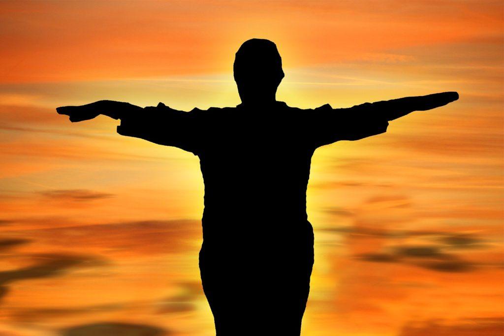 Equilibrance coaching debout devant l'horizon